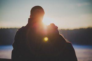 Couple soleil couchant
