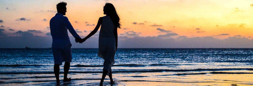 Photo d'un couple sur la plage